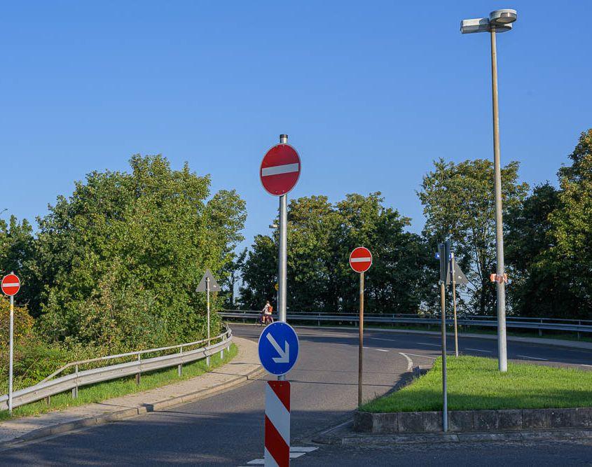 Schilderwald. Jeden morgen komme ich auf dem Weg zum Bahnhof hier vorbei.