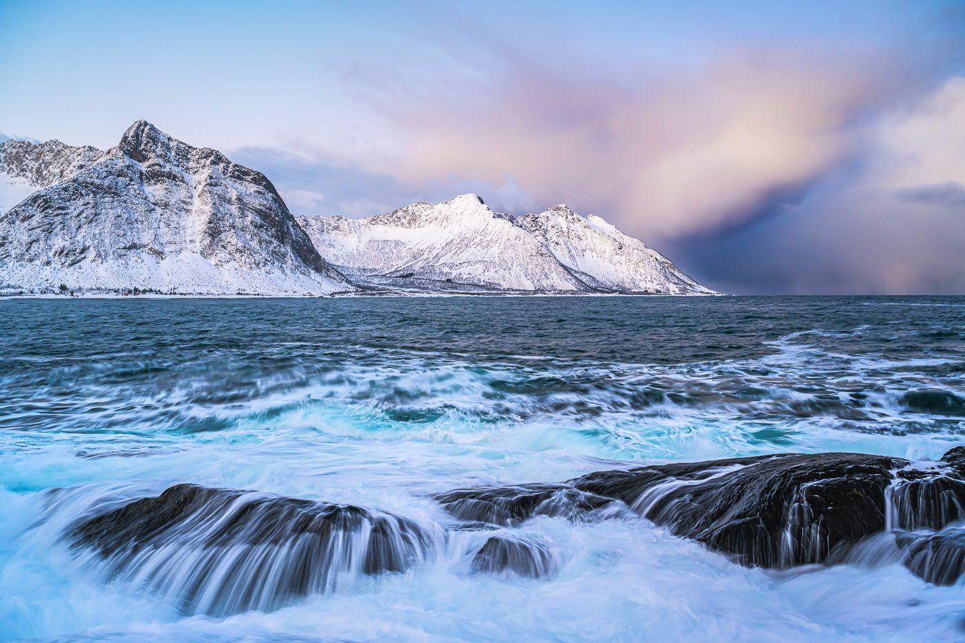 Jahresrückblick 2020 - Februar - Brandung und aufziehender Schneesturm in Norwegen