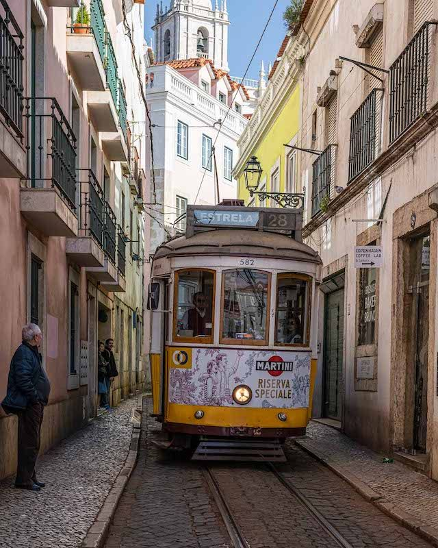 Jahresrückblick 2020 - Februar - Alte Strassenbahn in der Altstadt von Lissabon